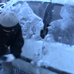 Die polnische Art, das Auto vom Eis zu befreien!